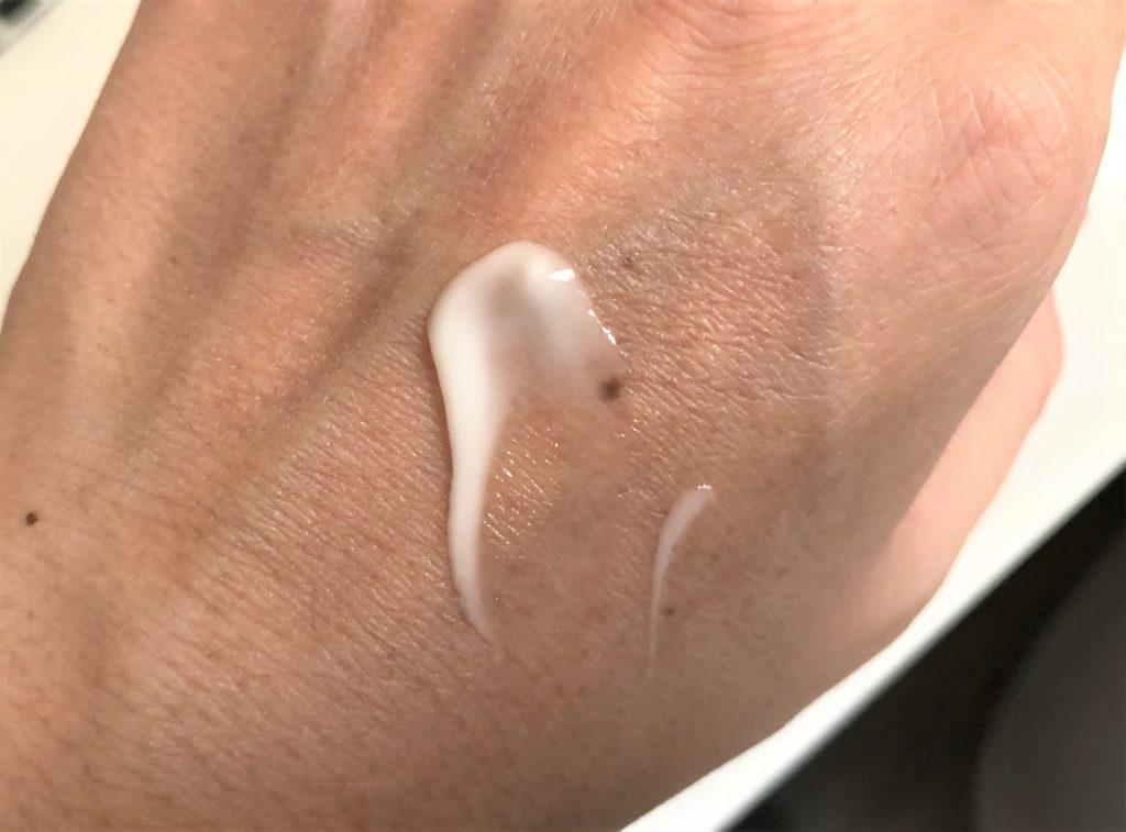 ブログ「モノオス」スチームクリームのやわらかいクリームを手にのせて撮った画像