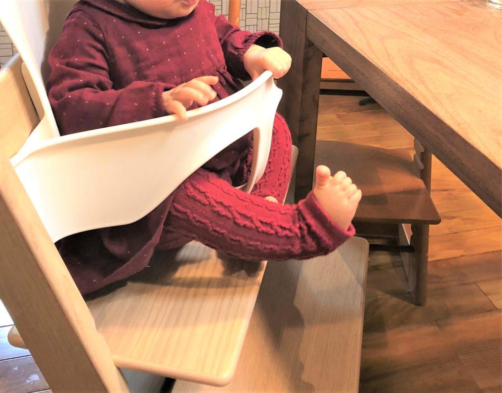 ブログ「モノオス」ストッケのトリップトラップ(オーク素材でオークナチュラルブ色)に白のベビーセットを付けて赤ちゃんが座っているところを撮った画像