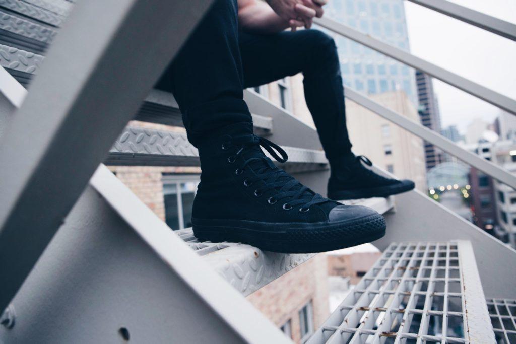 ブログ「モノオス」快適に働く手段として、快適な靴で通勤することをおすすめする。スニーカーを履いている男性の画像