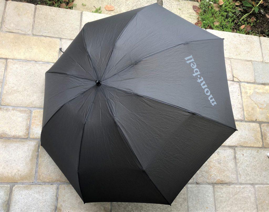 ブログ「モノオス」快適に働く手段として、軽い折り畳み傘をおすすめする。モンベルのトレッキングアンブレラを開いて撮った画像