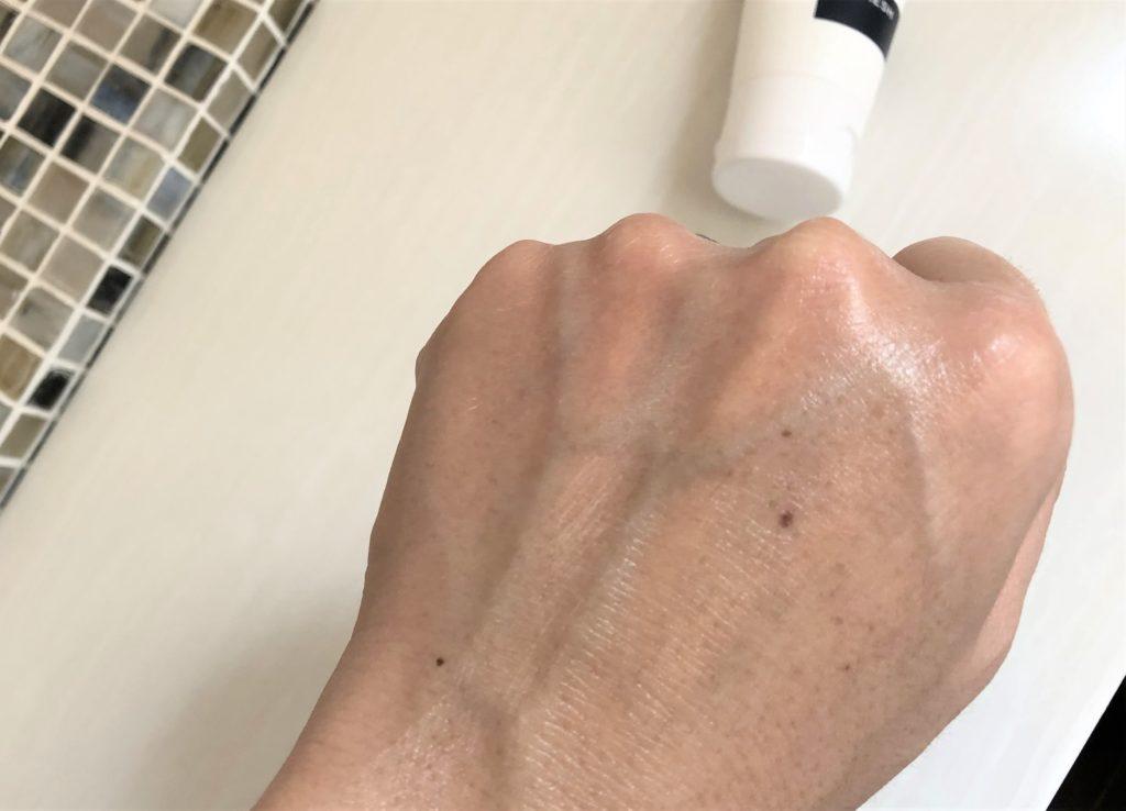 ブログ「モノオス」マークスアンドウェブのハーバルハンドクリームを手にぬった画像