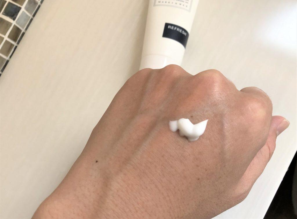 ブログ「モノオス」マークスアンドウェブのハーバルハンドクリームを手につけて撮った画像