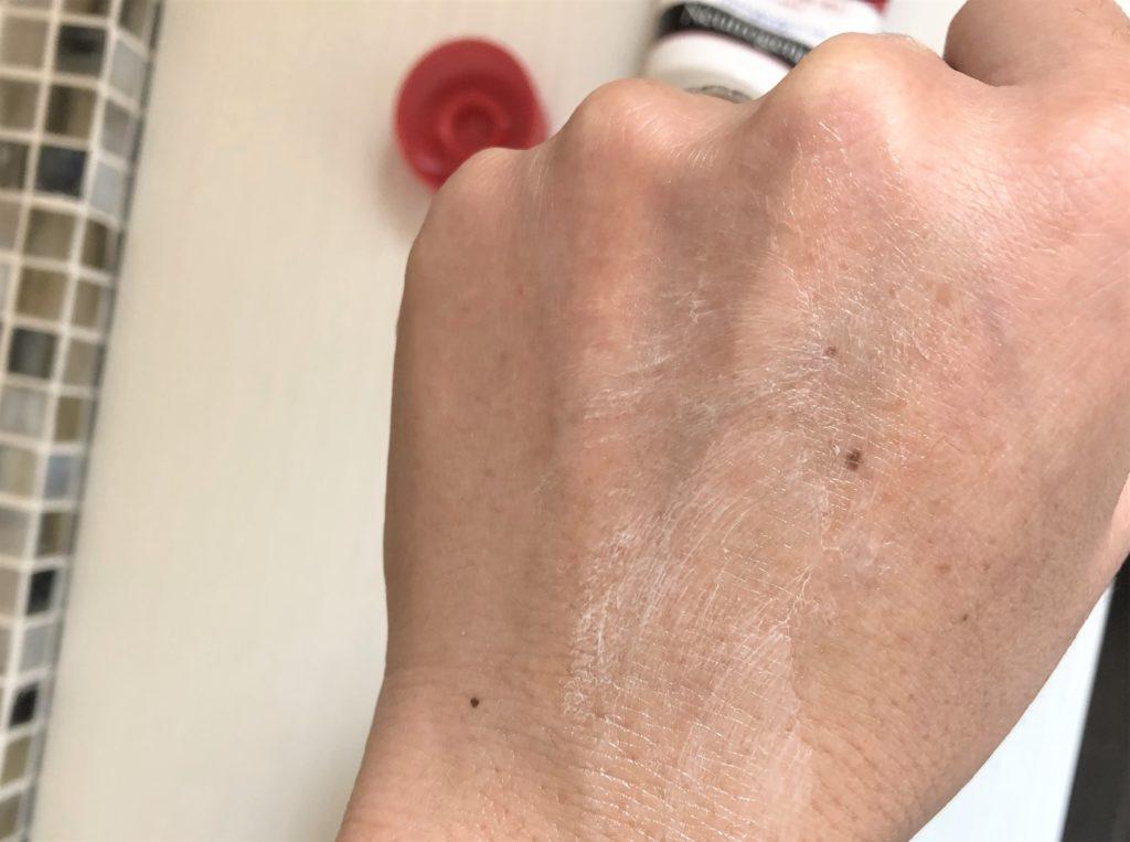 ブログ「モノオス」ニュートロジーナインテンスリペアハンドクリームを手にクリームを塗って手に伸ばしたらクリームが白くなってくるところを撮った画像