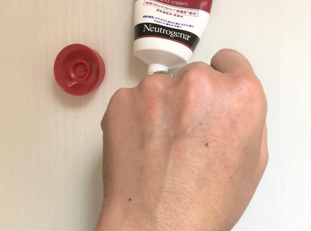 ブログ「モノオス」ニュートロジーナインテンスリペアハンドクリームを手にクリームを塗りこんだ手を撮った画像