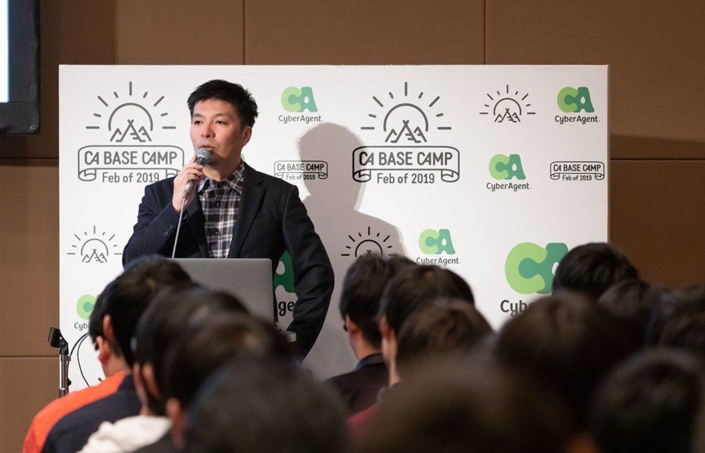 ブログ「モノオス」サイバーエージェント社長藤田晋氏が聴衆に話している画像