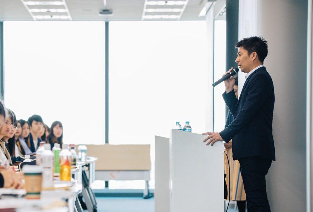 ブログ「モノオス」サイバーエージェント社長の藤田晋氏が入社式で新入社員へ挨拶をしている画像