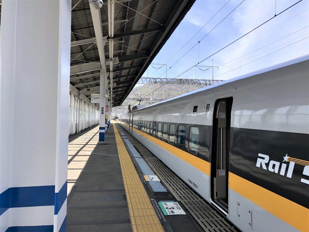 ブログ「モノオス」バリ得こだまで乗車した新幹線こだまの停車駅で、新幹線とホームの写真を撮った場面。