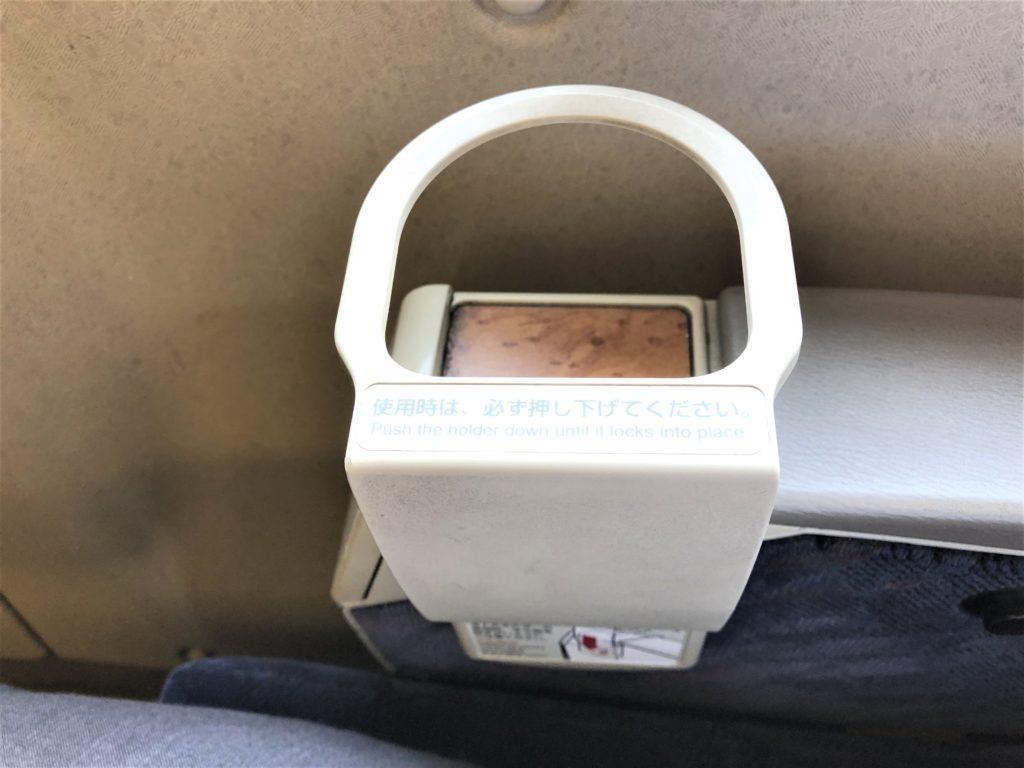 ブログ「モノオス」バリ得こだまで乗車した新幹線こだまの指定席の肘あてにあるドリンクホルダーをセッティングした状態で撮った画像