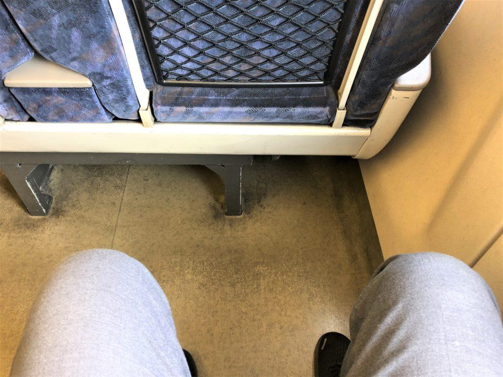 ブログ「モノオス」バリ得こだまで乗車した新幹線こだまの指定席の足元を撮った画像。前の座席との空間が十分にあり、ゆったりしている。