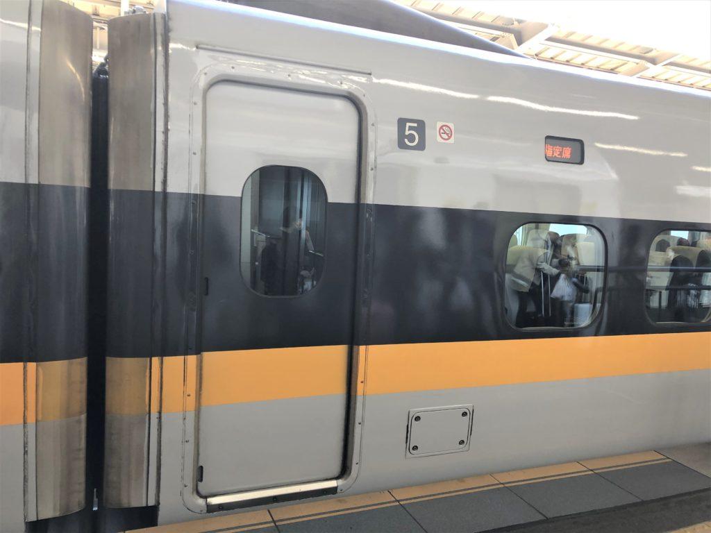 ブログ「モノオス」バリ得こだまで、新幹線こだまの車両とドアを撮った画像