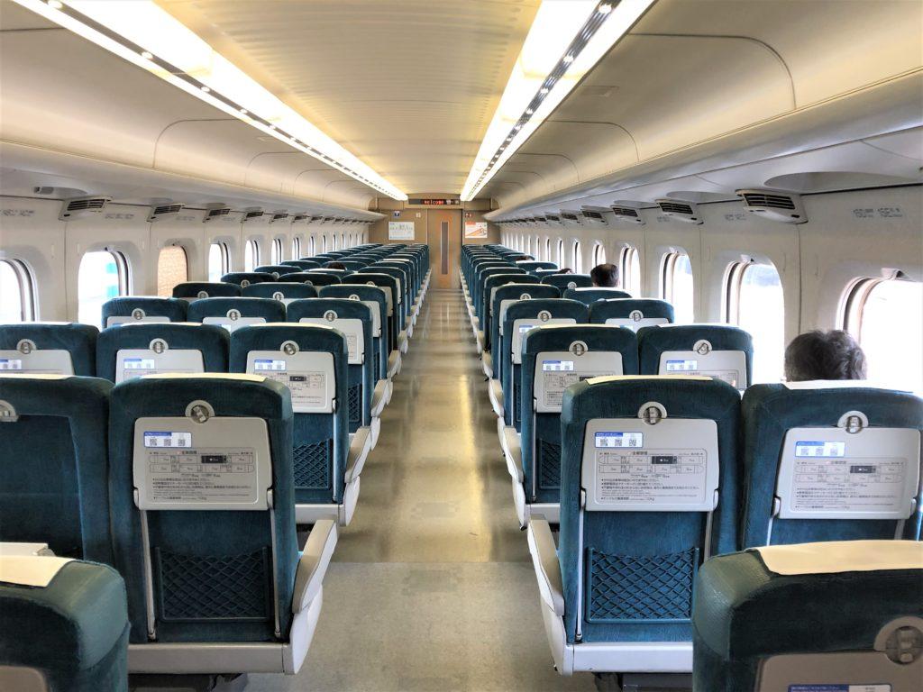 ブログ「モノオス」バリ得こだまで乗車した新幹線こだまの自由席車両を後方から撮った画像