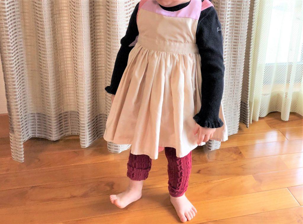 ブログ「モノオス」マールマールのエプロン・ブーケ1を着て立っているところを撮った画像