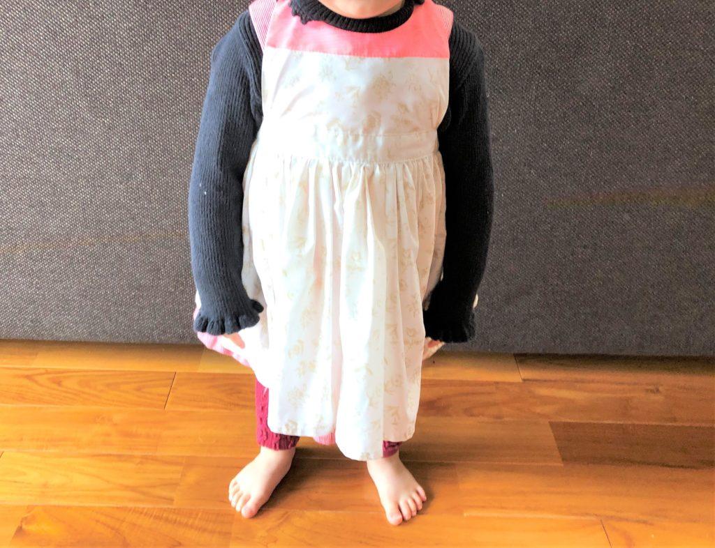 ブログ「モノオス」マールマールのエプロン・ブーケ5を着て立っているところを撮った画像