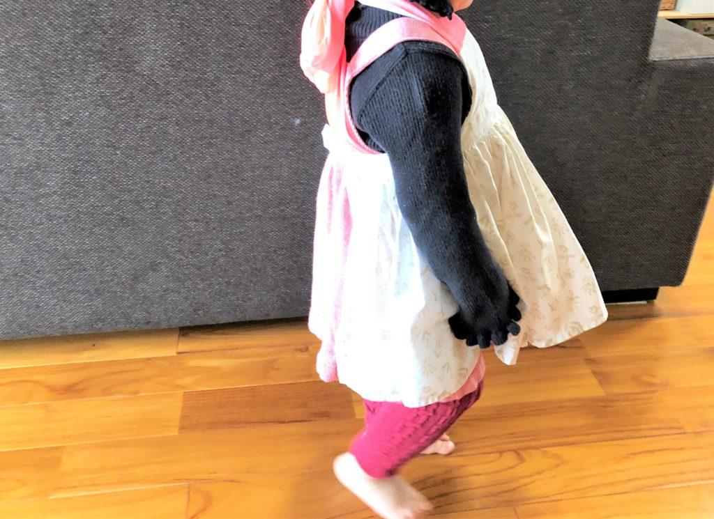 ブログ「モノオス」マールマールのエプロン・ブーケ5を着て横を向いて立っているところを撮った画像