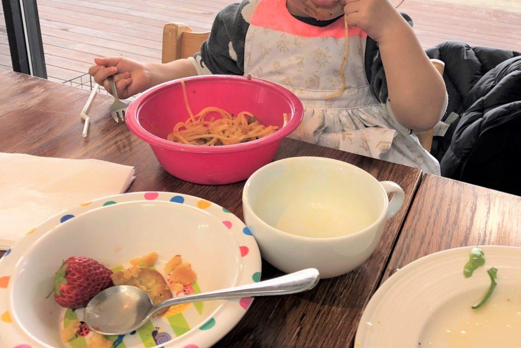 ブログ「モノオス」マールマールのエプロン・ブーケ5を着てレストランでパスタを食べている画像