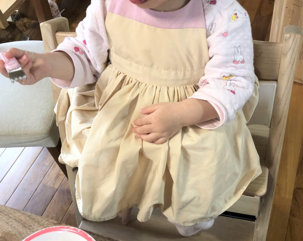 ブログ「モノオス」マールマールのエプロン・ブーケ1を着てストッケのイスに座ってエプロンスカートを出して撮った画像