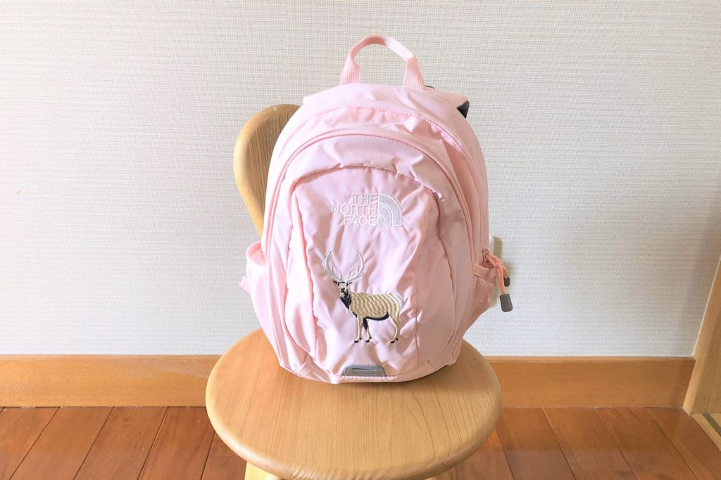 ブログ「モノオス」ノースフェイス キッズホームスライス(インパチェンスピンク)を椅子に置いて正面から撮った画像