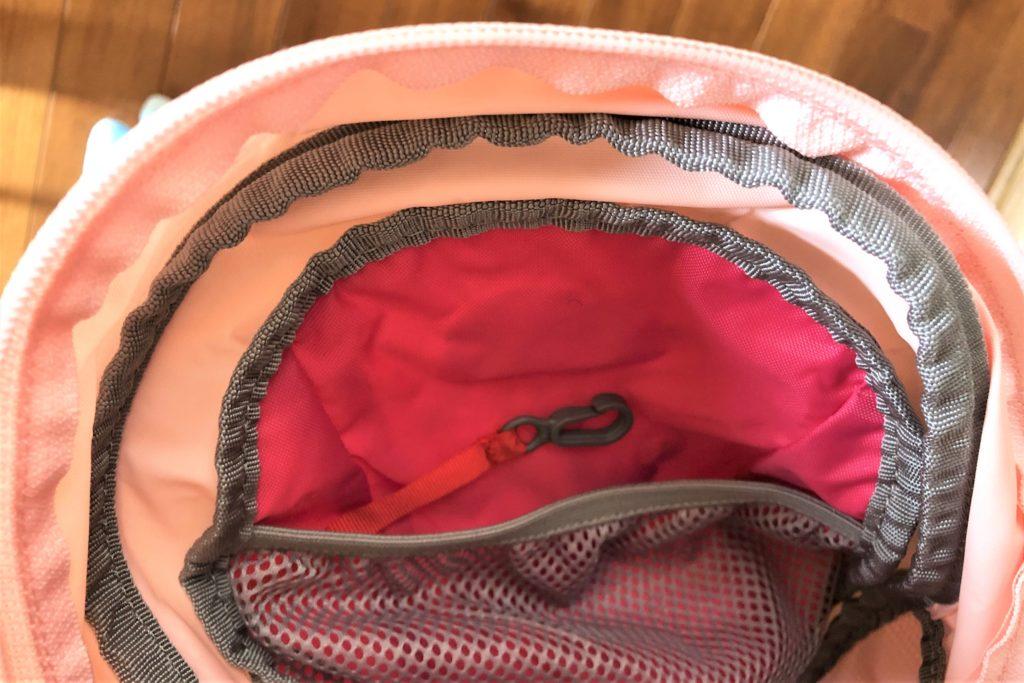 ブログ「モノオス」ノースフェイス キッズホームスライス(インパチェンスピンク)のリュック内側にあるキークリップ付きメッシュポケットを撮った画像