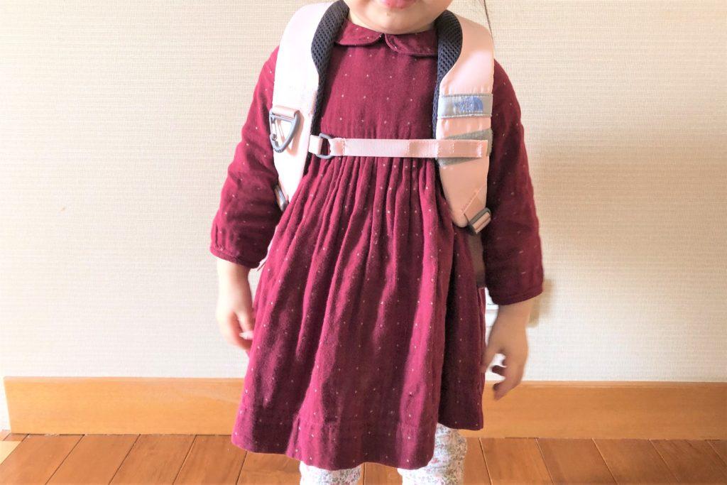 ブログ「モノオス」ノースフェイス キッズホームスライス(インパチェンスピンク)を子供が背負っている正面画像