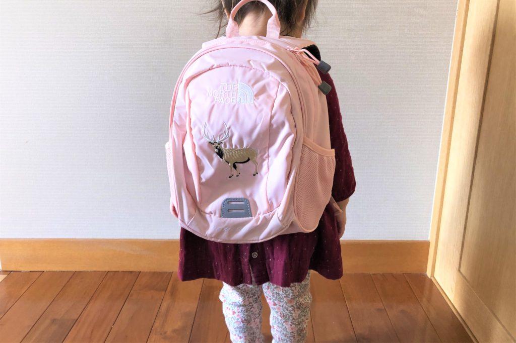 ブログ「モノオス」ノースフェイス キッズホームスライス(インパチェンスピンク)を子供が背負っている背面画像