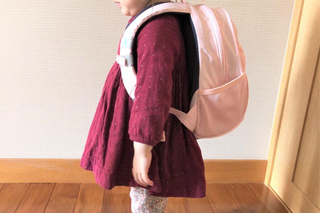 ブログ「モノオス」ノースフェイス キッズホームスライス(インパチェンスピンク)を子供が背負っている横面画像