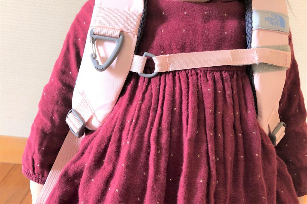 ブログ「モノオス」ノースフェイス キッズホームスライス(インパチェンスピンク)を子供が背負って、チェストストラップを撮った画像