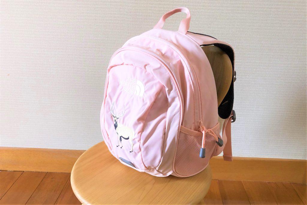 ブログ「モノオス」ノースフェイス キッズホームスライス(インパチェンスピンク)を椅子に置いて斜め横から撮った画像