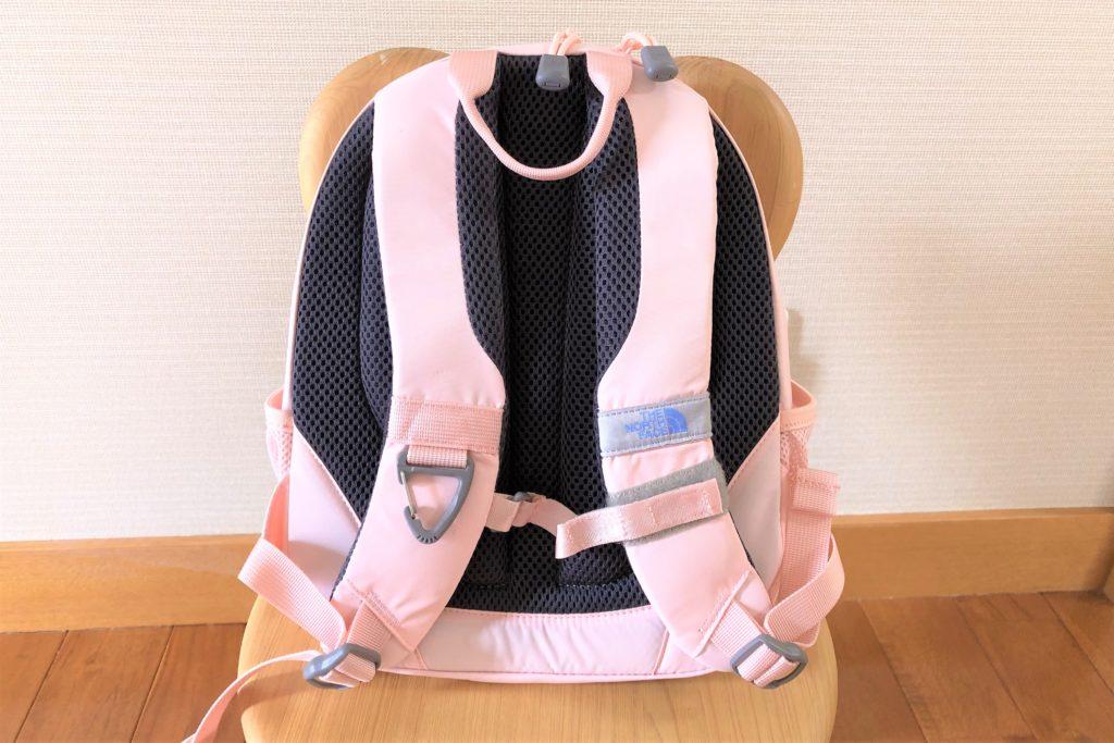 ブログ「モノオス」ノースフェイス キッズホームスライス(インパチェンスピンク)を椅子に置いてショルダーハーネスがある面から撮った画像