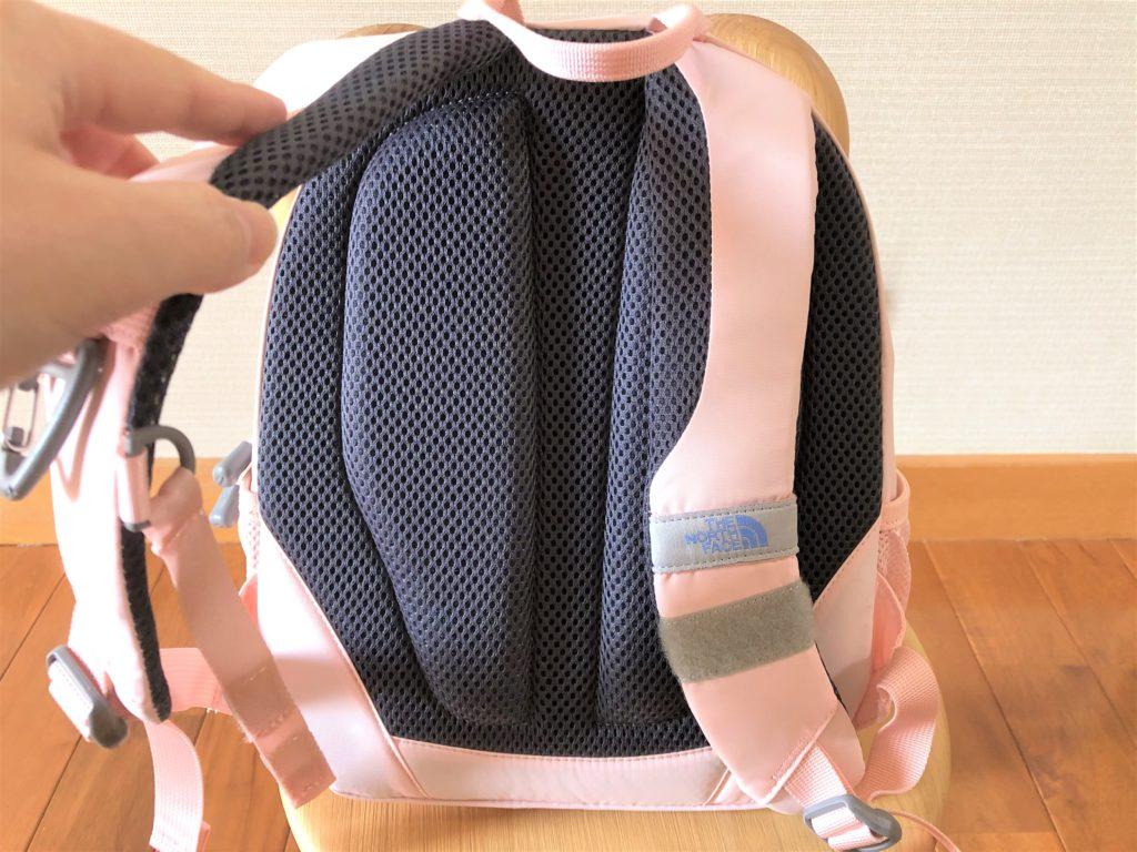 ブログ「モノオス」ノースフェイス キッズホームスライス(インパチェンスピンク)を椅子に置いて背面を撮った画像