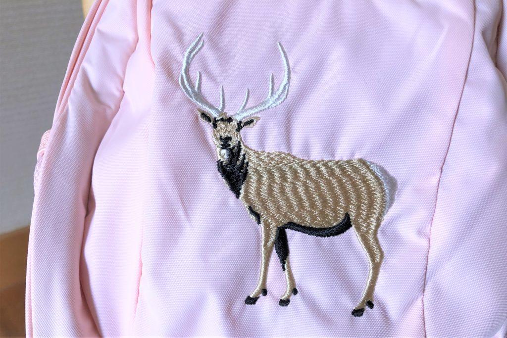 ブログ「モノオス」ノースフェイス キッズホームスライス(インパチェンスピンク)の鹿の刺繍を撮った画像