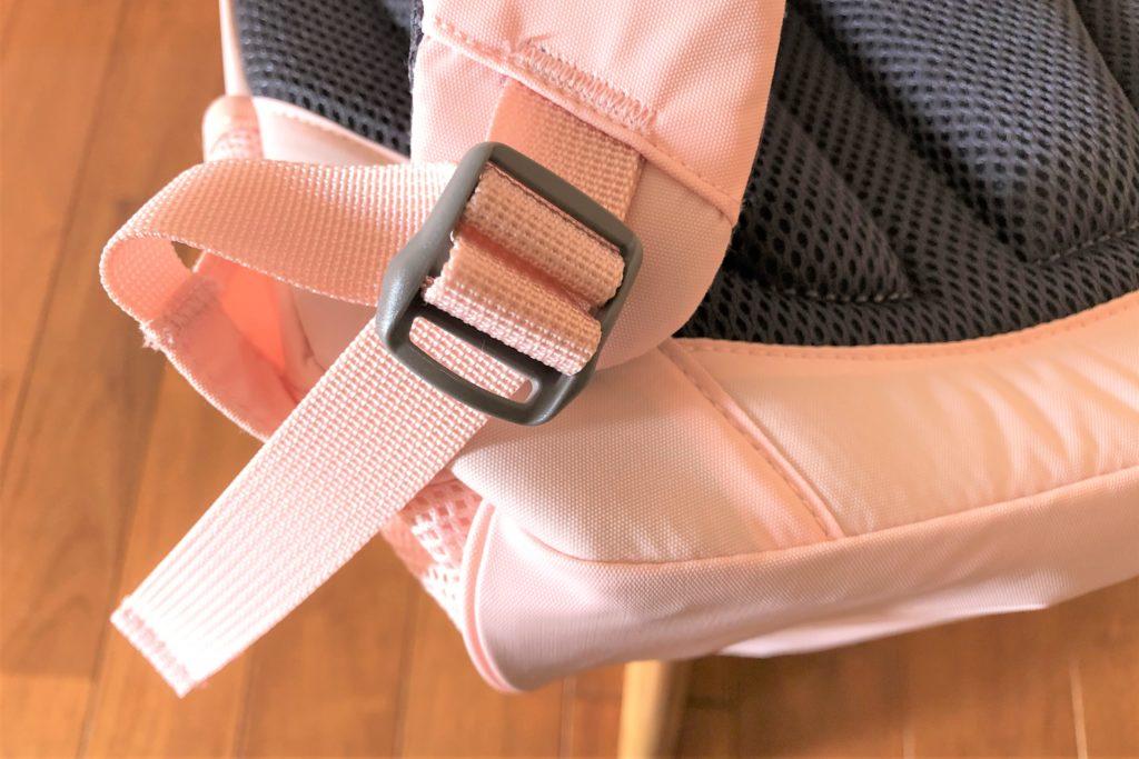 ブログ「モノオス」ノースフェイス キッズホームスライス(インパチェンスピンク)のショルダーハーネスの長さを調節する金具を撮った画像