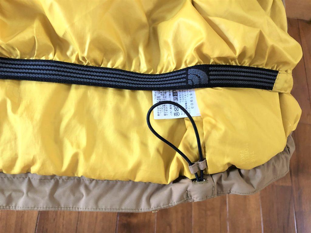ブログ「モノオス」ノースフェイス ウィンターコーチジャケット キッズのジャケット下方にある調節ベルトを撮った画像