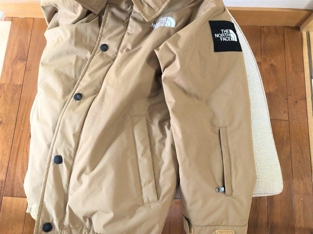 ブログ「モノオス」ノースフェイス ウィンターコーチジャケット キッズの左腕に付いているチャック付きポケットを撮った画像