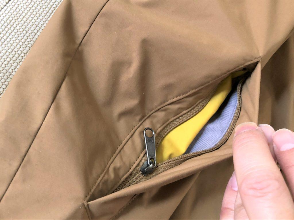 ブログ「モノオス」ノースフェイス ウィンターコーチジャケット キッズの腰にあるチャック付きポケットを開けて撮った画像