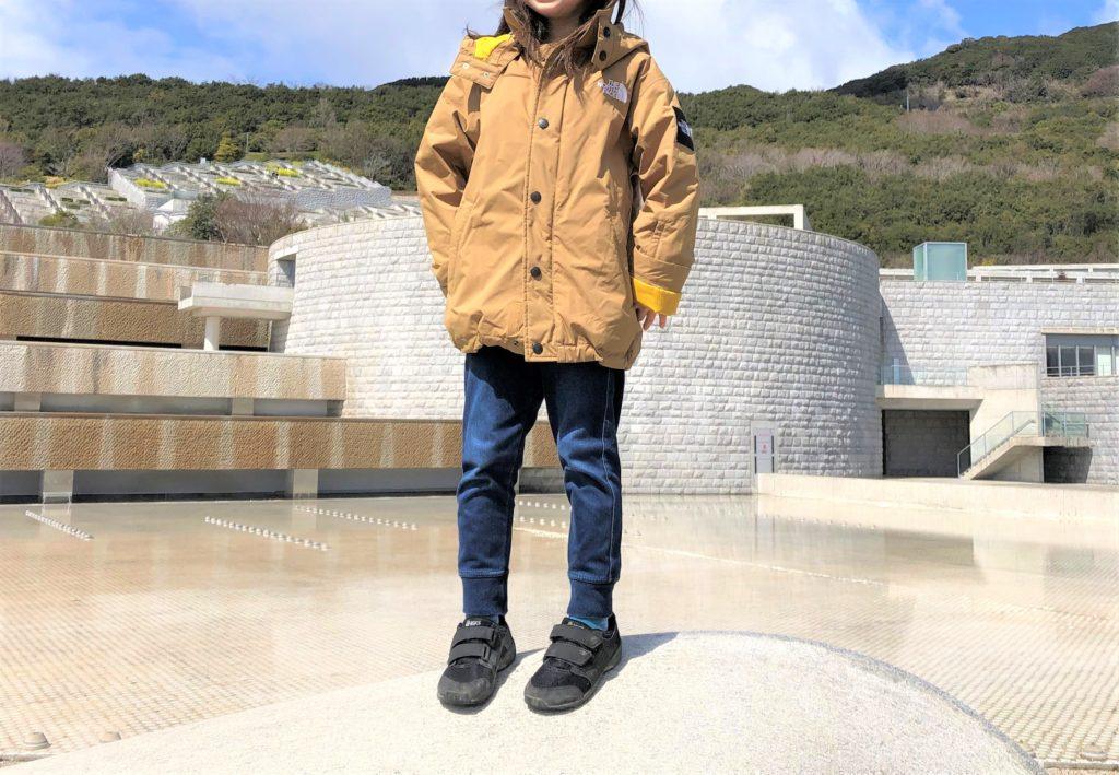 ブログ「モノオス」わが子がノースフェイス ウィンターコーチジャケット キッズを着て正面から撮った画像