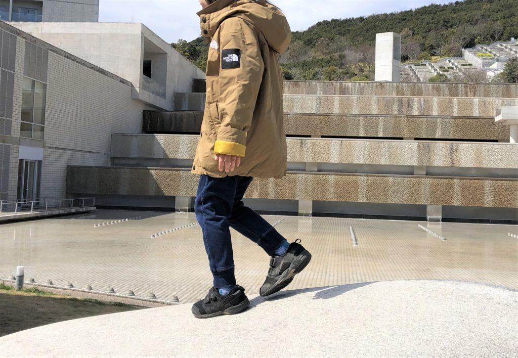 ブログ「モノオス」わが子がノースフェイス ウィンターコーチジャケット キッズを着ているところを横から撮った画像