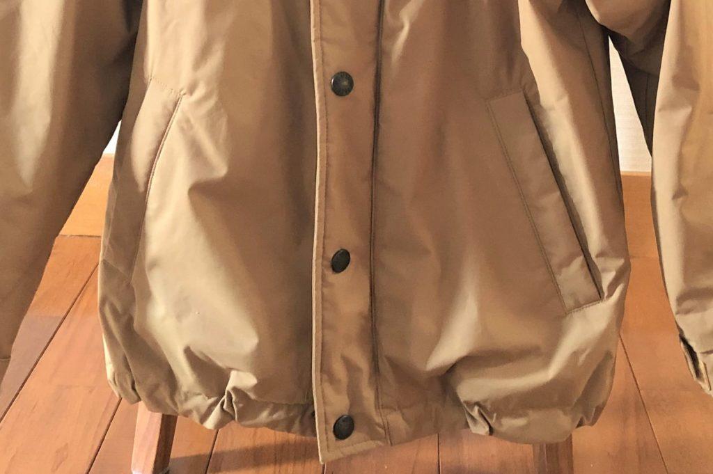 ブログ「モノオス」ノースフェイス ウィンターコーチジャケット キッズのフロントの腰にあるチャック付きポケットを撮った画像