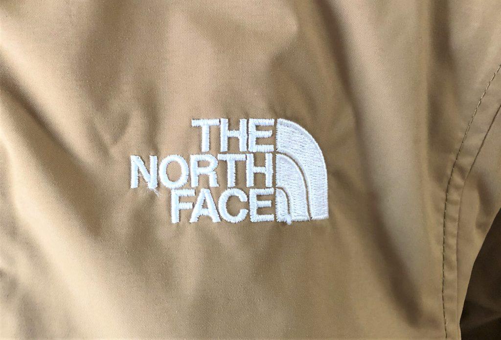 ブログ「モノオス」ノースフェイス ウィンターコーチジャケット キッズの刺繍を撮った画像