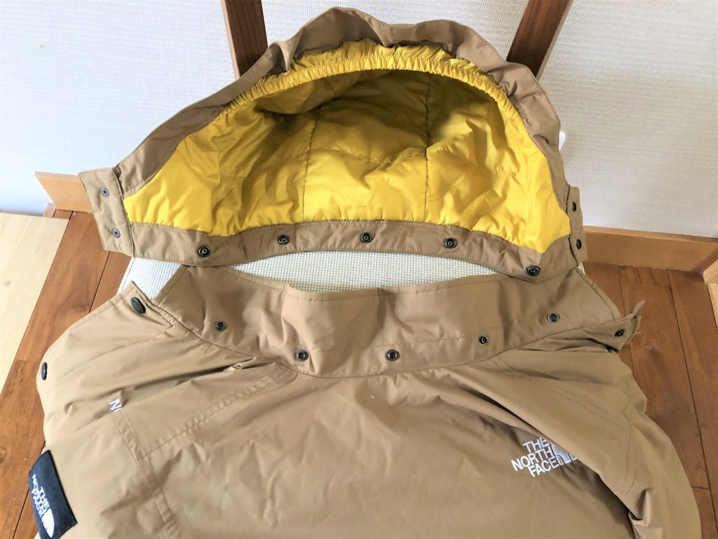 ブログ「モノオス」ノースフェイス ウィンターコーチジャケット キッズのフードをはずしてジャケットと一緒に撮った画像