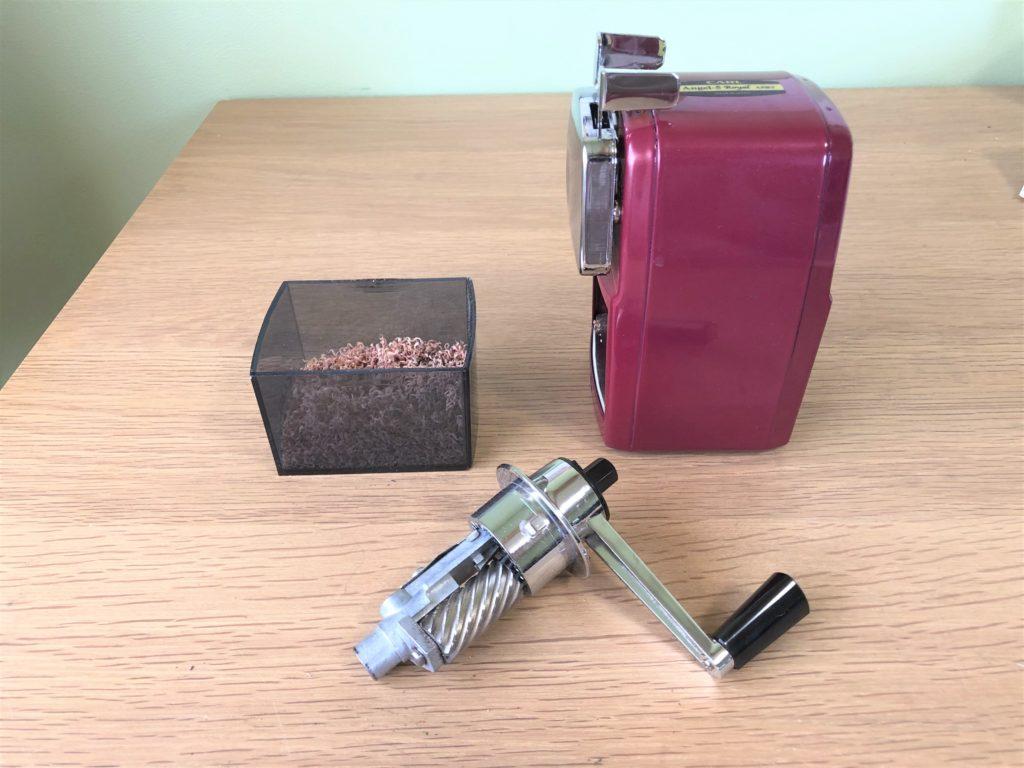 ブログ「モノオス」カール事務機エンゼル5ロイヤル(鉛筆削り)のパーツ(削り刃、削りかす入れ)と本体を撮った画像