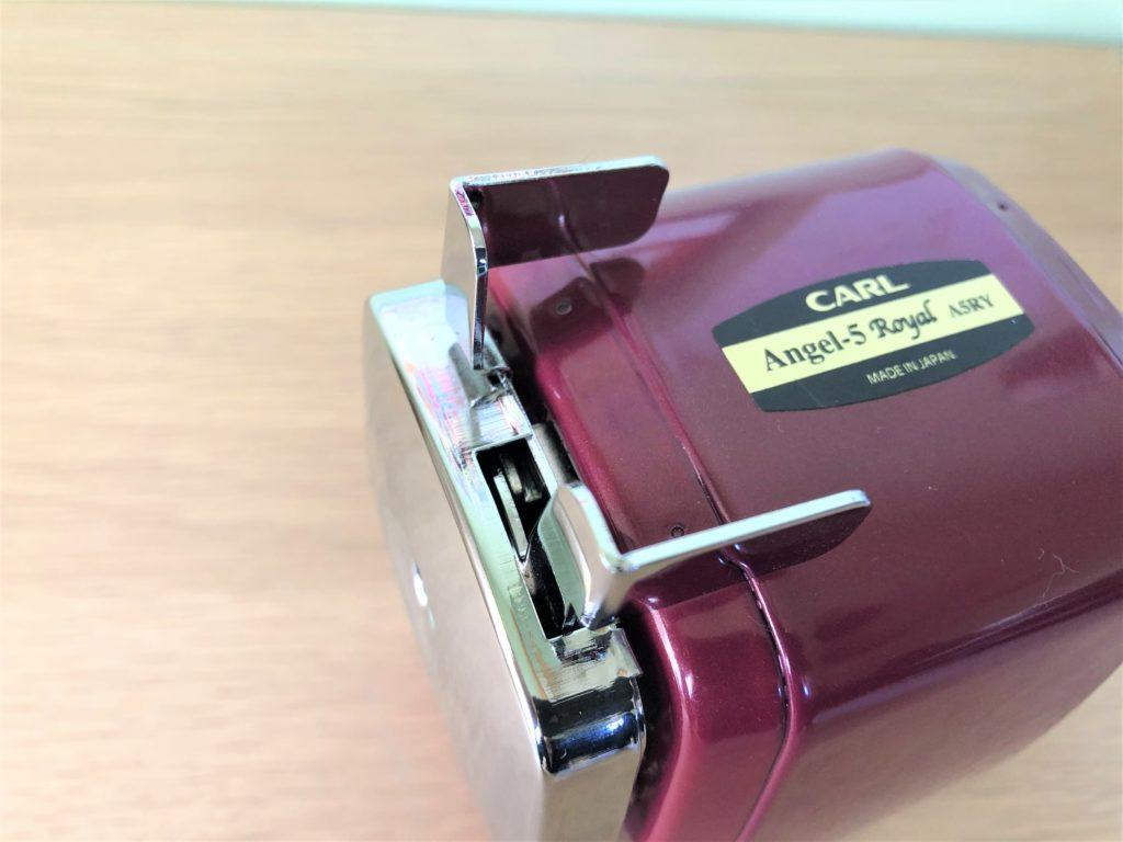 ブログ「モノオス」カール事務機エンゼル5ロイヤル(鉛筆削り)の鉛筆を挟むための持ち手を撮った画像