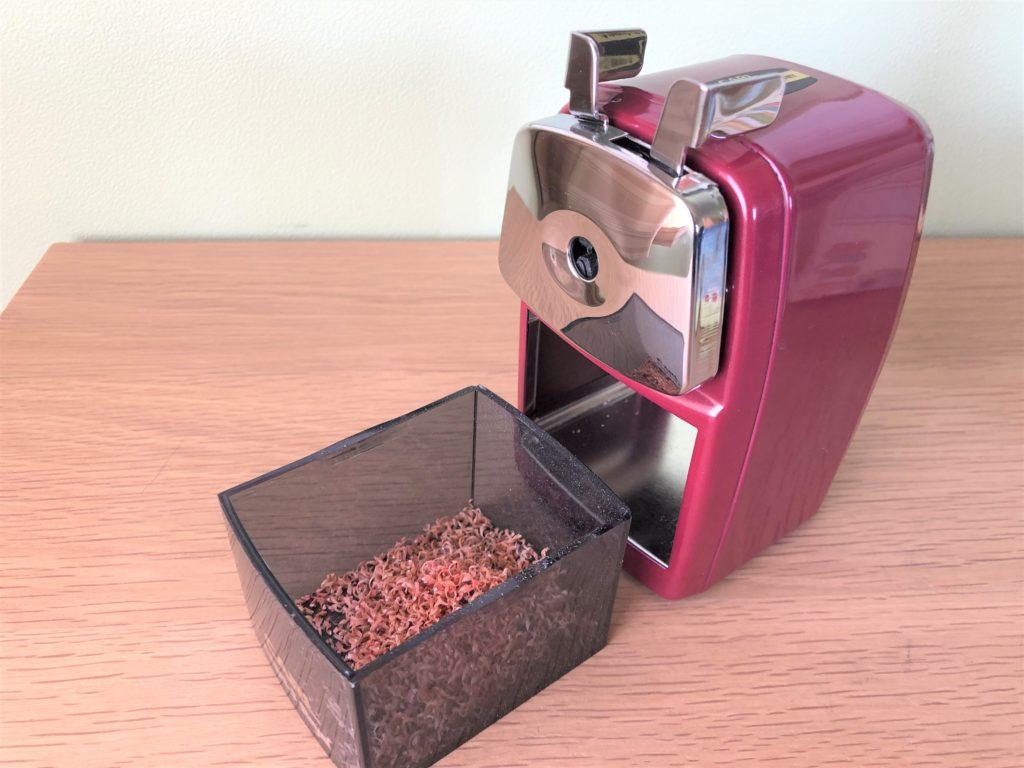 ブログ「モノオス」カール事務機エンゼル5ロイヤル(鉛筆削り)の削りかすが入る箱を引き出して本体とともに撮った画像