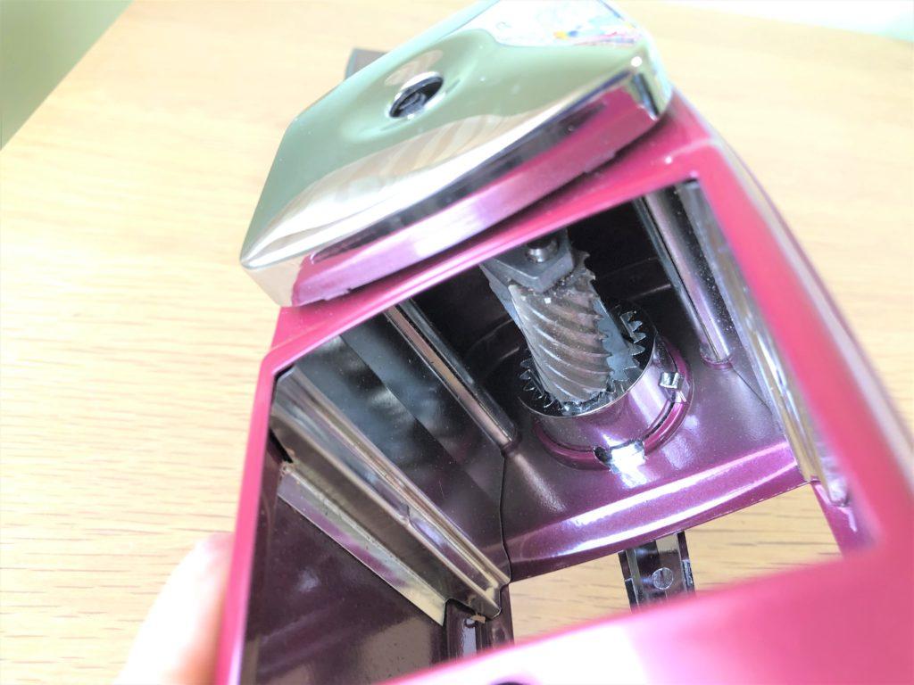 ブログ「モノオス」カール事務機エンゼル5ロイヤル(鉛筆削り)の中にある削り刃を撮った画像