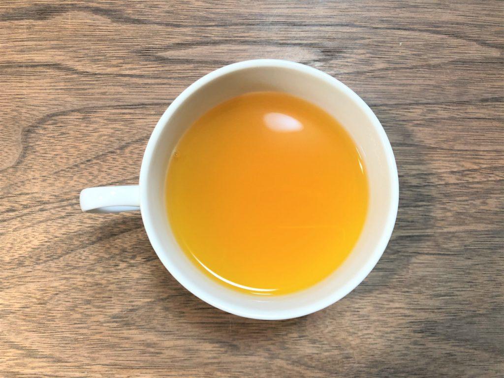 ブログ「モノオス」。若甦温の粉末にお湯を入れてカップを上から撮った画像