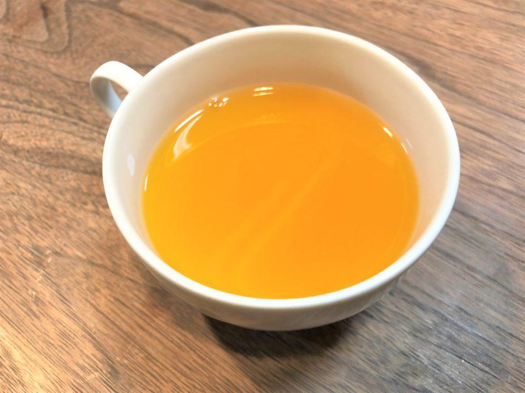 ブログ「モノオス」。若甦温の粉末をお湯に溶かしたものを斜め上からカップを撮った画像