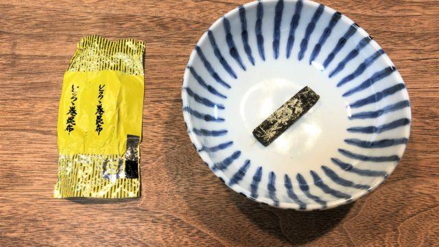 ブログ「モノオス」中山食品工業のとろろ巻昆布のパッケージと、皿に置いた昆布を撮った画像