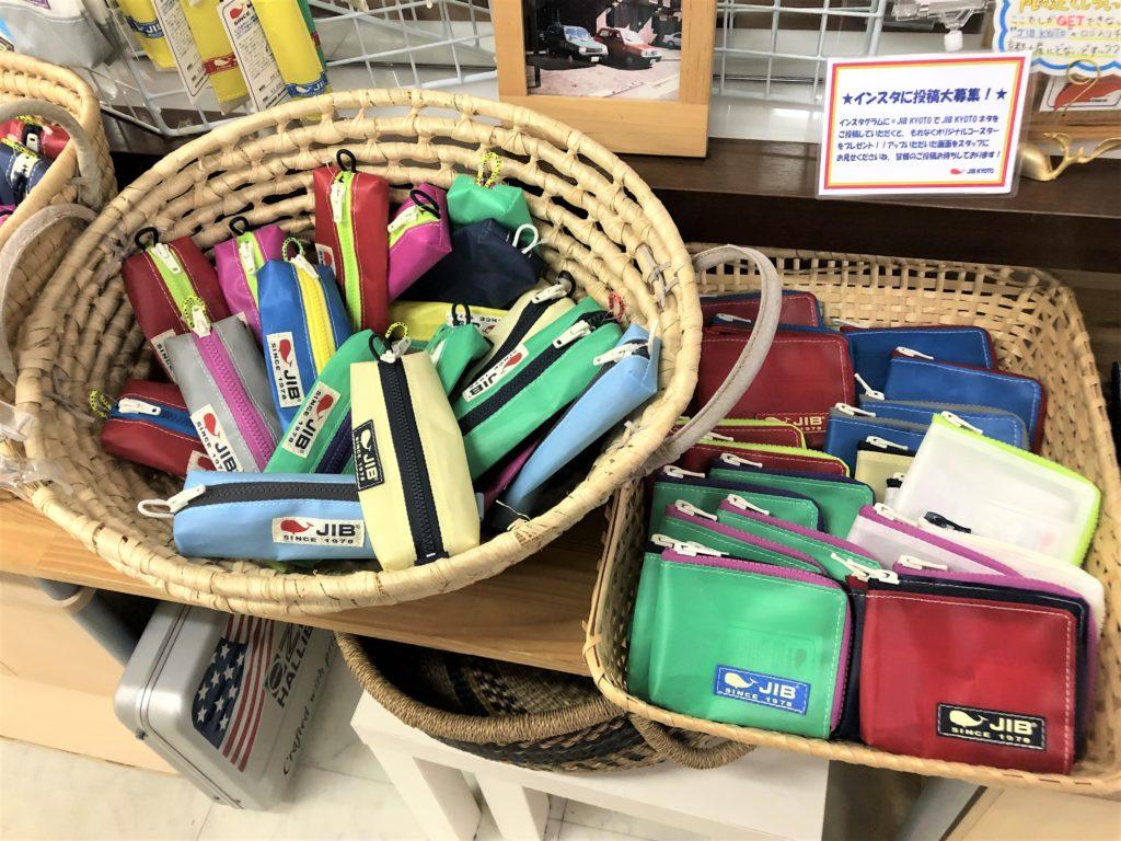 ブログ「モノオス」JIBの店舗でマイクロクラッチとペンケースを撮った画像