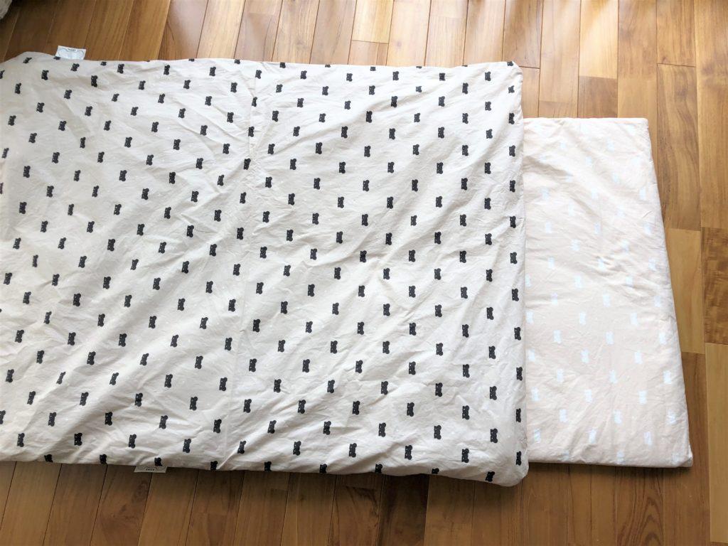 ブログ「モノオス」ディモアのベアマスクおひるねふとんセット(筒形バッグ)で、敷き布団がシロクマで掛け布団がクロクマで撮った画像