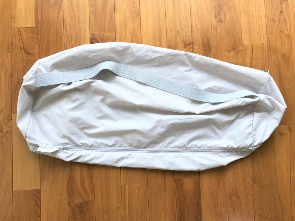 ブログ「モノオス」ディモアのベアマスクおひるねふとんセットの筒形バッグ(ポータブルバッグ)の肩掛けヒモを撮った画像