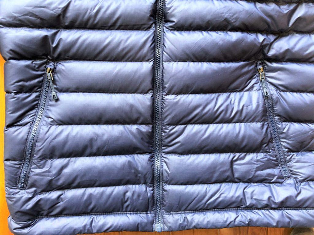ブログ「モノオス」パタゴニアダウンセーターの正面とポケットのファスナーを撮った画像